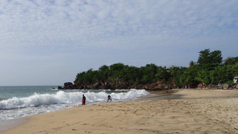 Пляж Leroix. Здесь волны достаточно сильные уже на входе, поэтому достаточно серферов, но еще реально купаться и без доски. Иногда швыряет по направлению к берегу, а иногда удается прокатиться на волне довольно далеко