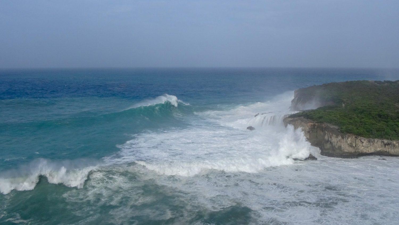 Смотровая площадка: вид на Porte d'Enfer и разбивающиеся о скалы волны