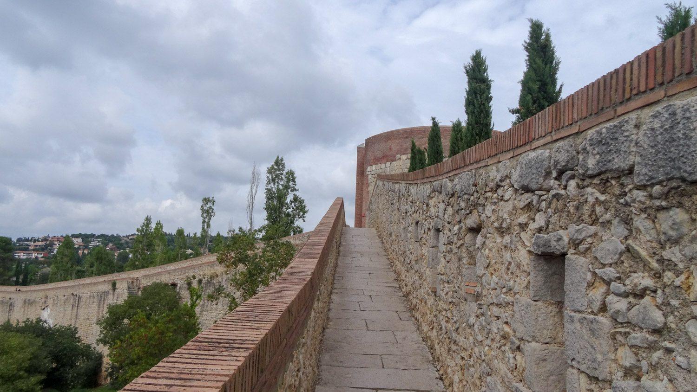 По пути встречаются старые башни