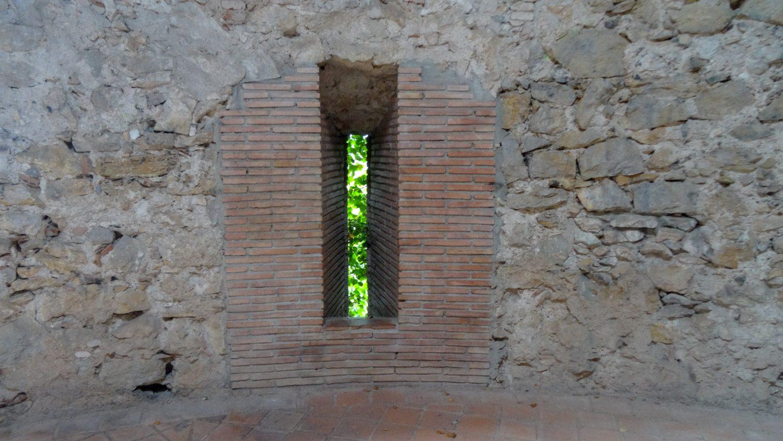 Видны следы реставрации, но все равно потрясающе касаться стен, которым почти 2000 лет