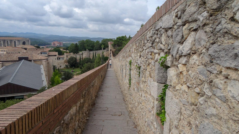 Muralla de Girona - древняя крепостная стена. Дорога узкая, не как на Китайской. Виды по пути потрясающие