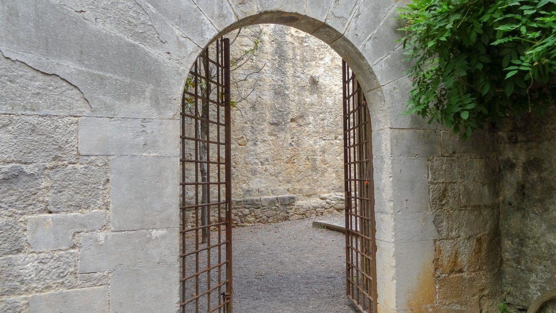 Ворота, дворики, полуразрушенные стены... Ощущение, что попала в фильм о средневековье
