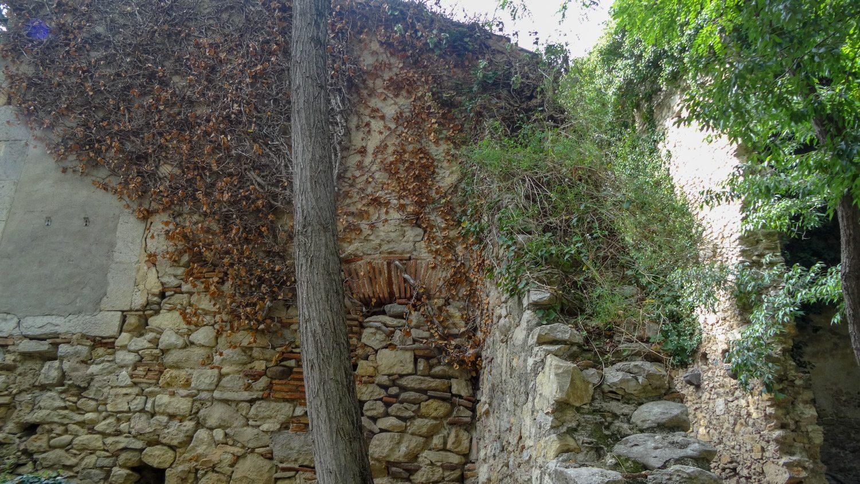 Уютные закутки с лавочками, где можно отдохнуть в тени