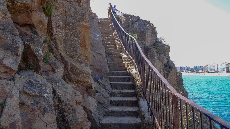 Подняться можно по удобной лестнице