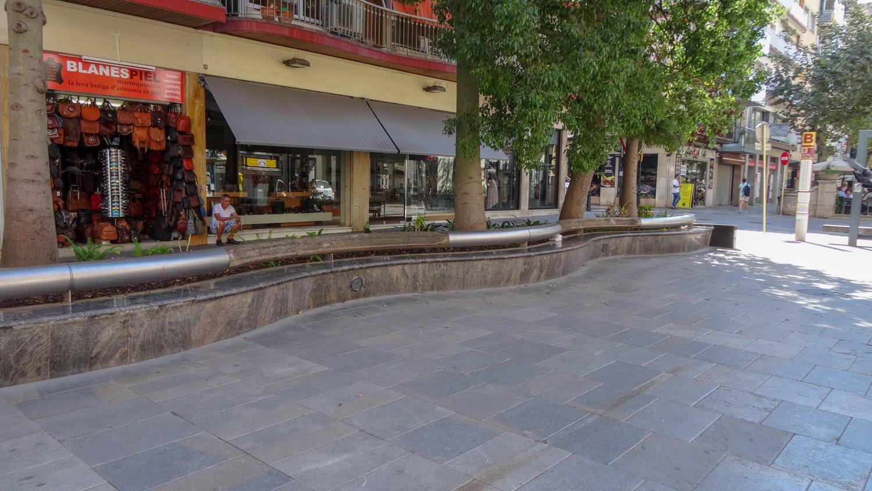 Длинная скамейка на Passeig de Dintre. Днем пусто - жарко