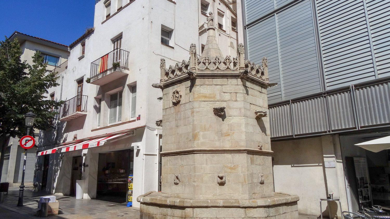 Fuente gótica. Готический фонтан, построенный аж в XV веке