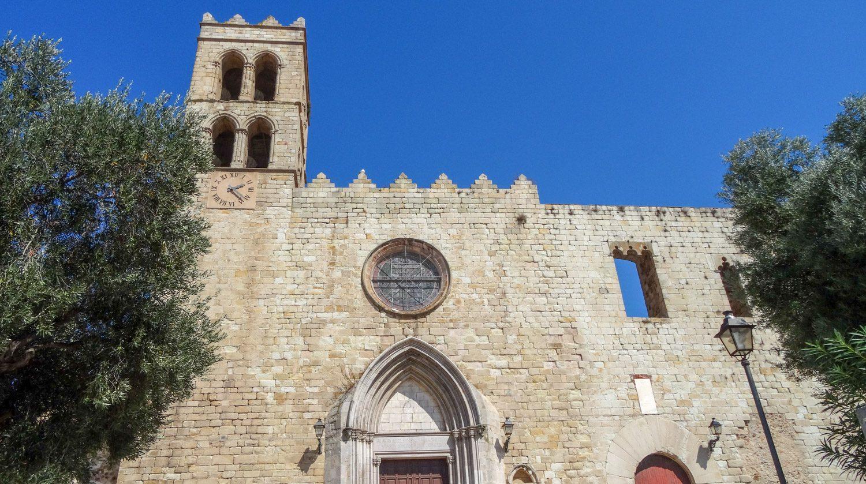 Santa Maria De Blanes - главная церковь. Строилась с 1350 по 1410 год, но позже пострадала от пожара и военных действий, в середине XX века была восстановлена