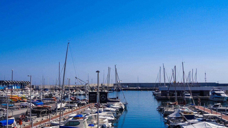 Порт Бланеса с симпатичными яхтами. Он небольшой, приятно просто погулять рядом