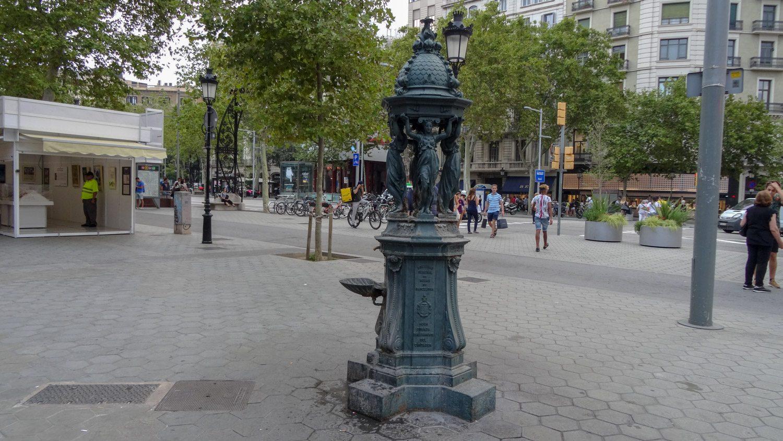 Питьевой фонтан впечатляет (даже фонтанчиком не назовешь)