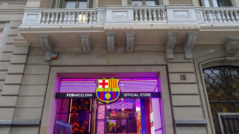 Магазин с сувениркой любимого здесь футбольного клуба