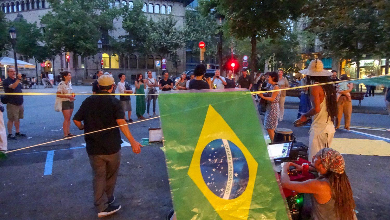 Бразильская вечеринка посреди улицы. Естественно, это весело!