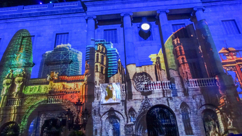 Потрясающее световое шоу на стенах главных зданий