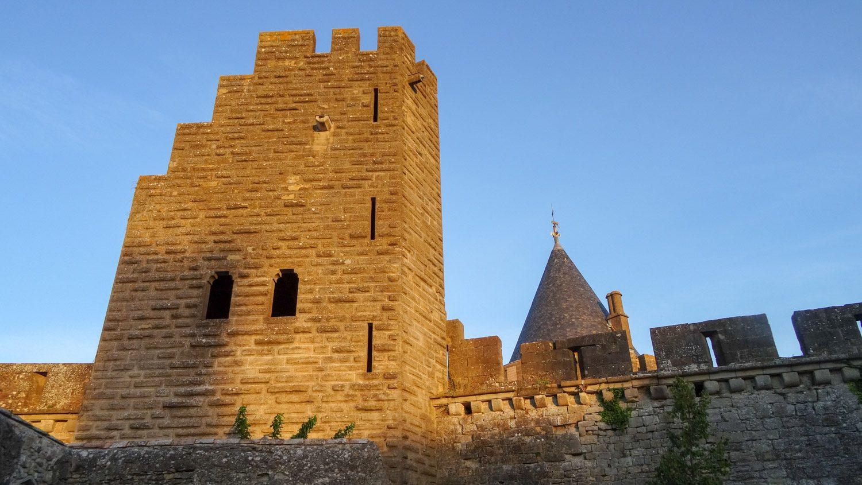 Старые стены в лучах заката