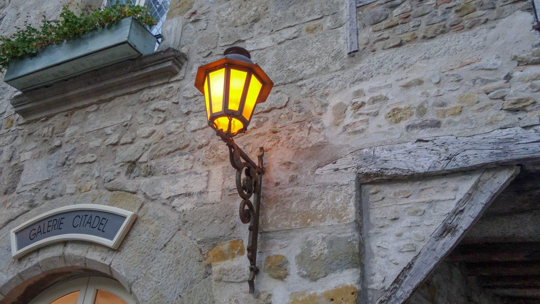 Фонари уже, конечно, электрические... Но ведь когда-то тут были факелы?