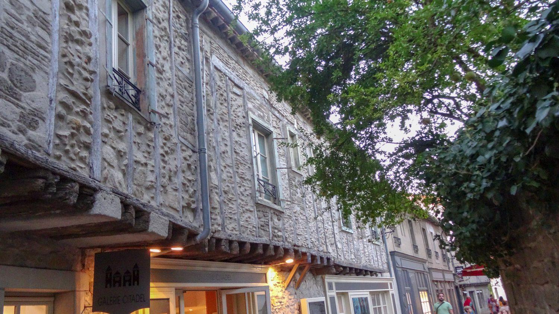 Необычное здание: то ли балконы, то ли надстройки