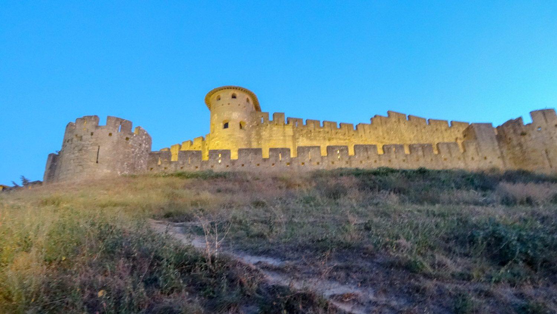 Ленюсь обходить стену, спускаюсь по вот этой странной тропинке, прощаюсь с крепостью