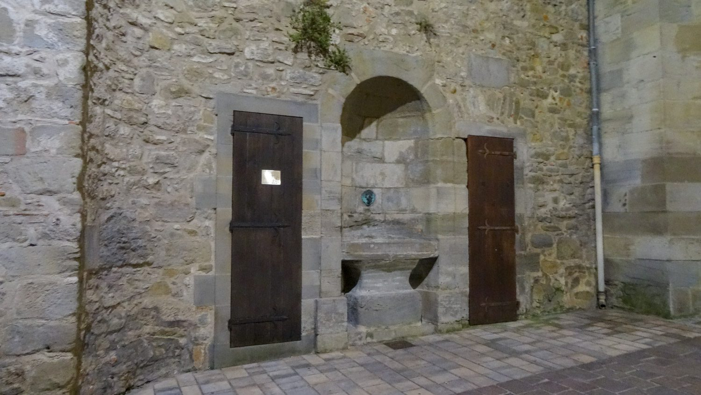 И в нижнем городе есть старые стены с тяжелыми дверями