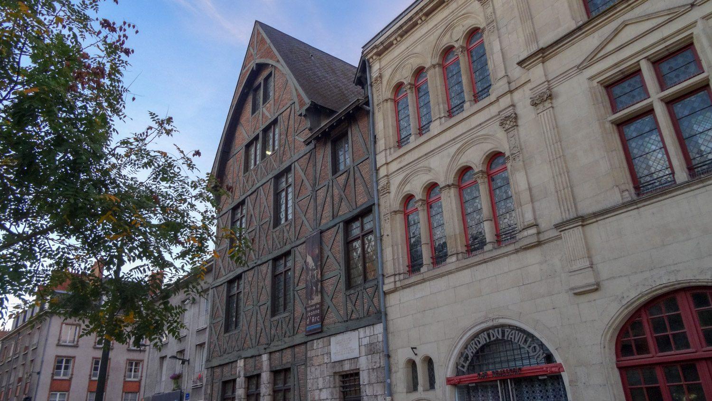 Это неприметное здание с треугольной крышей - дом Жанны Д'Арк