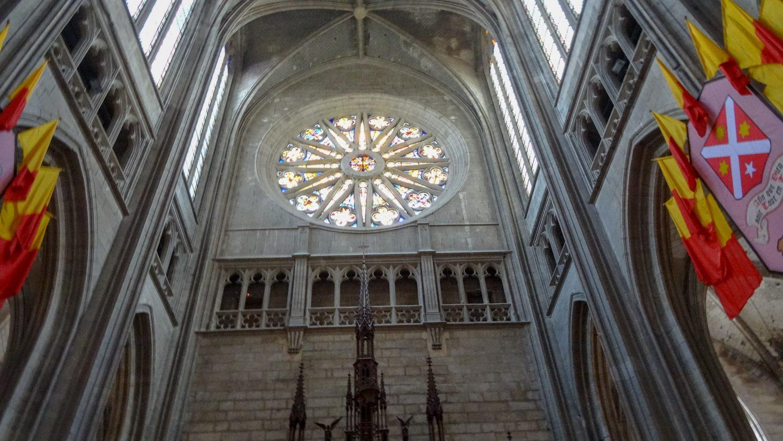 Многие витражи посвящены Жанне Д'Арк