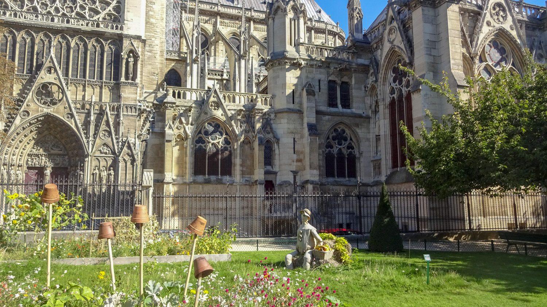 Прямо за собором - сквер Жана XXIII. Сюда доходит не так много туристов