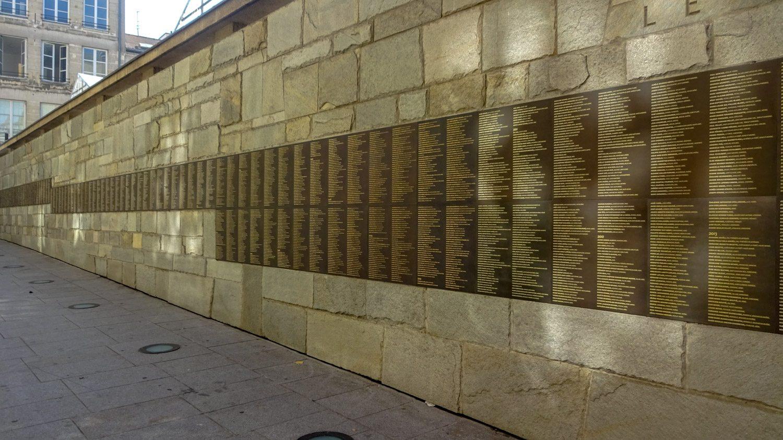 Mémorial de la Shoah. На стене перечислены имена жертв... Длина списка в очередной раз заставляет задуматься об ужасах Второй мировой войны