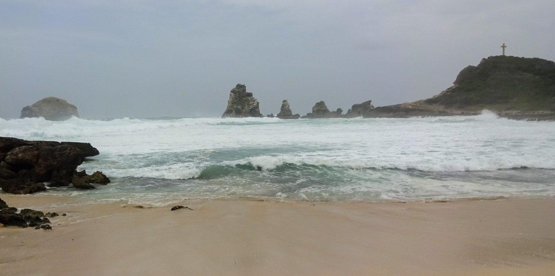 И мы попадаем на пляж. Такой пляж, что купаться и в голову не придет