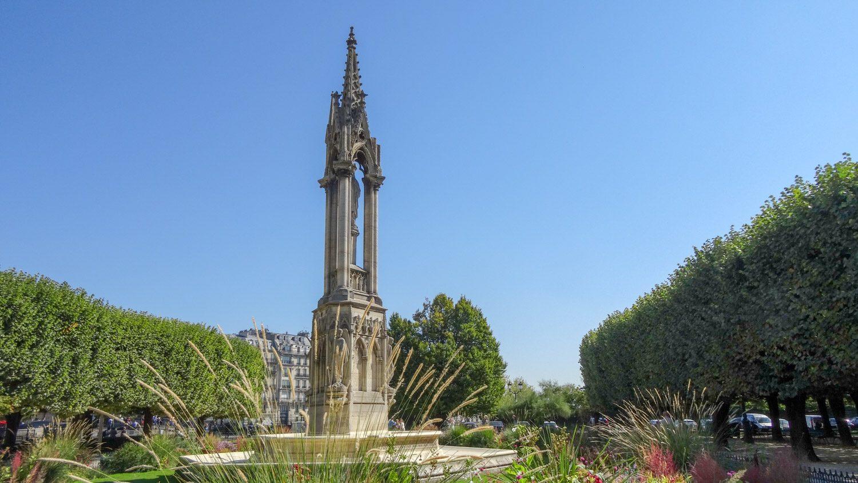 Здесь же - La fontaine de la Vierge. Фонтан Богородицы