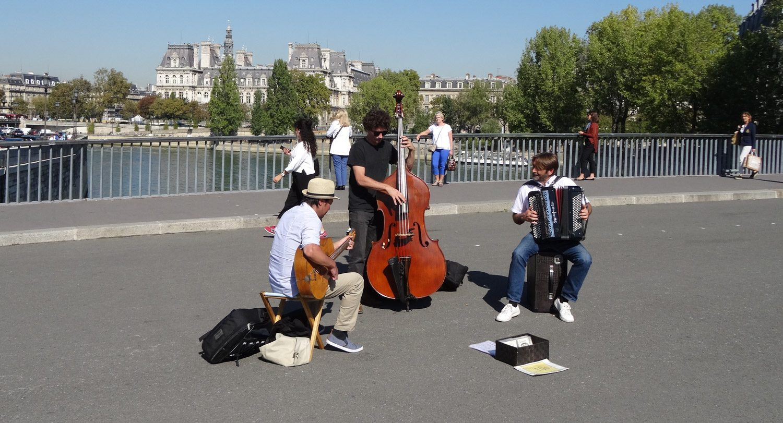 Веселые музыканты поднимают настроение