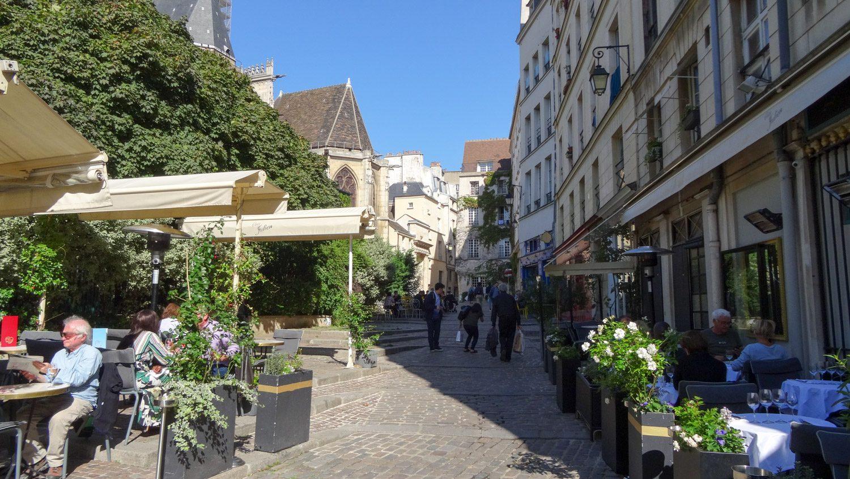 В окрестностях Église Saint-Gervais можно посидеть в уличных кафе, наслаждаясь прекрасным видом, а не выхлопными газами