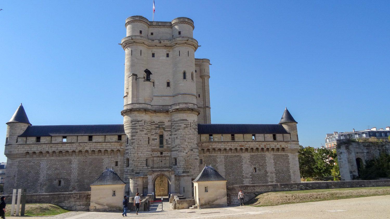 Конечно, создавался такой комплекс медленно. Башня - в одном веке, часовня - в другом, павильоны - в третьем...