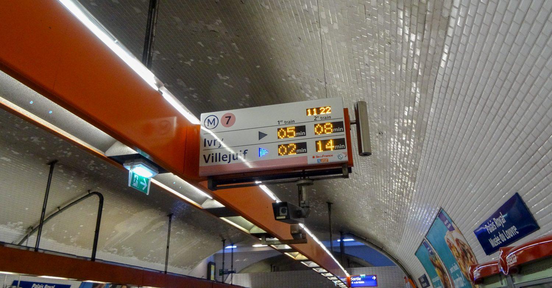 На этой станции поезда идут в двух направлениях. Стрелочка показывает, когда какой приедет