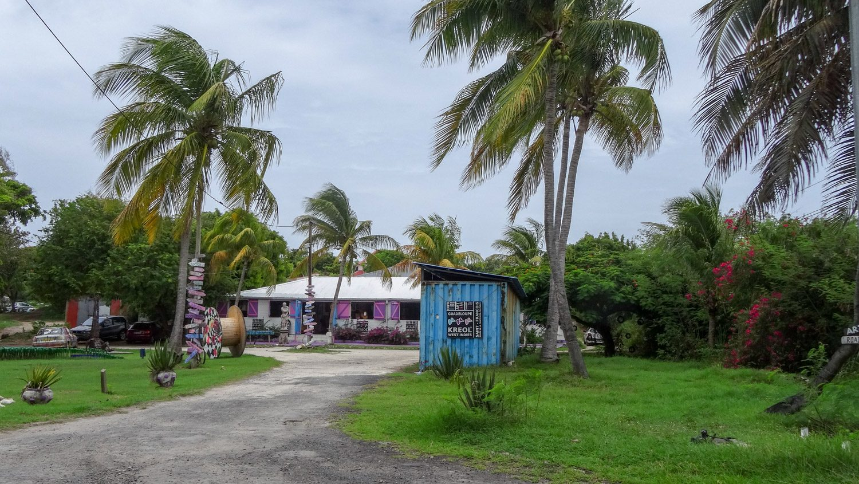 По дороге D118 мы отправились к мысу на юго-западе острова. По пути - симпатичная лавочка с продуктами местного производства