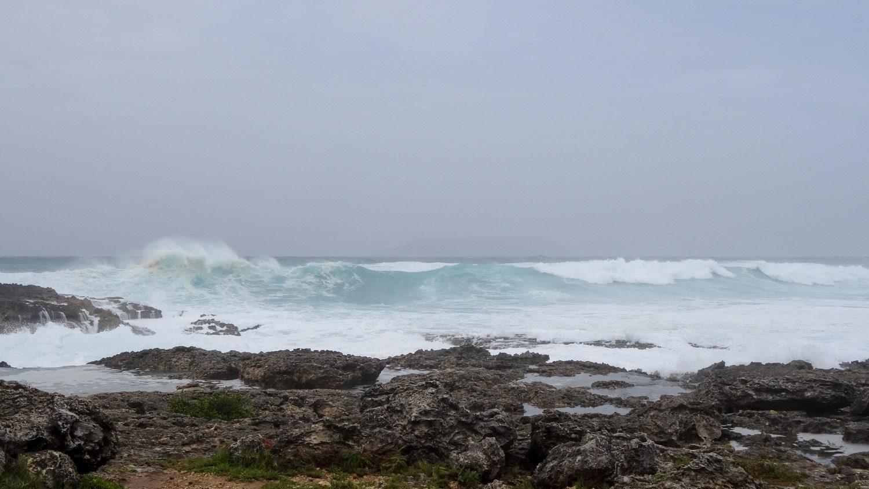 Получается сфотографировать еще не разбившиеся волны, но все-таки видео передает происходящее лучше