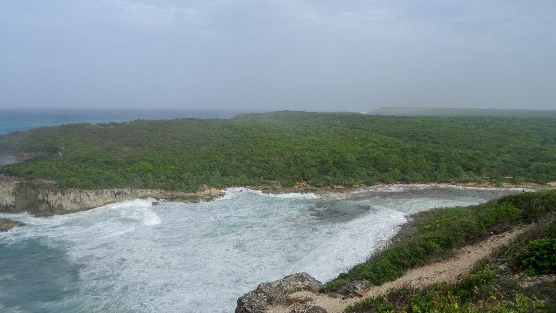 Ближе к северной части острова в скалах есть довольно узкий залив, названный Вратами в ад