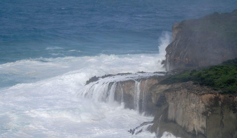 Отсюда видно, как волны разбиваются о скалы...