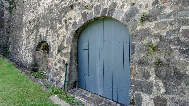 Приехали и увидели наглухо закрытые ворота