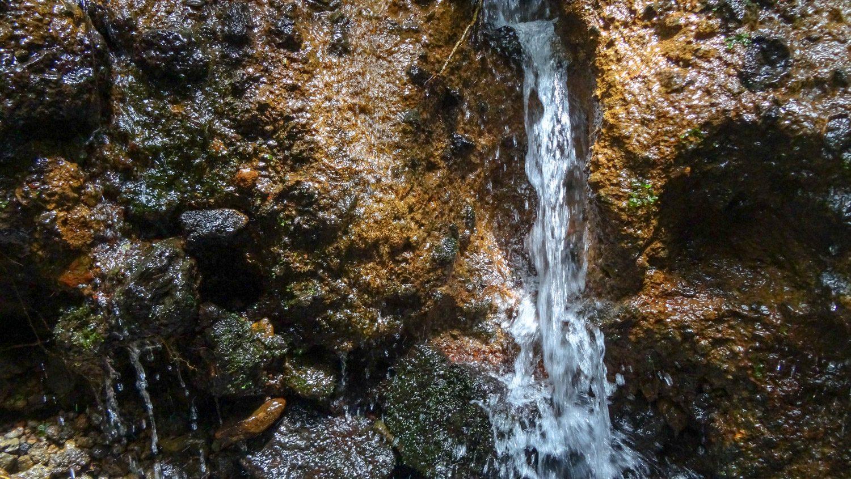 А это просто горный ручей. Фотографии часто забавно передают масштаб. Водопадик высотой меньше метра