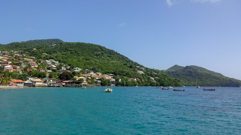 Вокруг - горы и домики, типичный для Мартиники вид