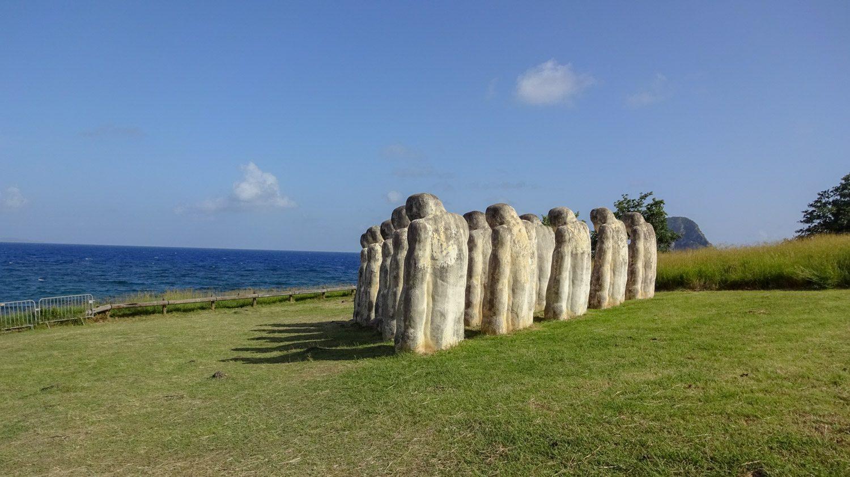 Они выстроены в равносторонний треугольник и обращены к Гвинейскому заливу и Африке
