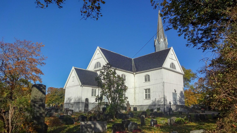 Церковь Sandar kirke - старейшая в Саннефьорде