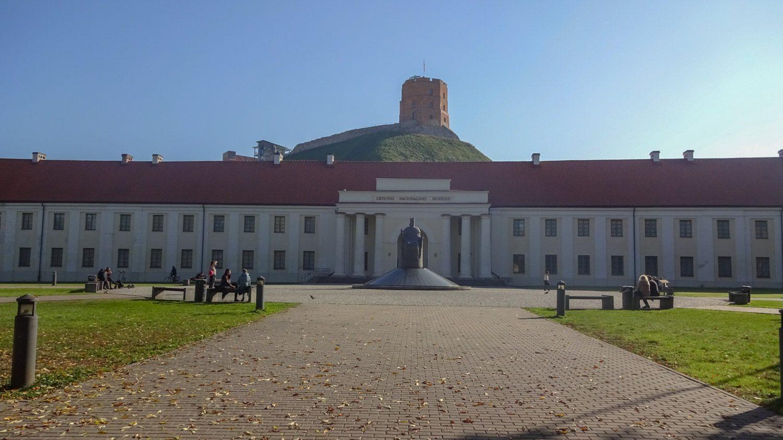 Национальный музей Литвы, за ним - башня Гедимина