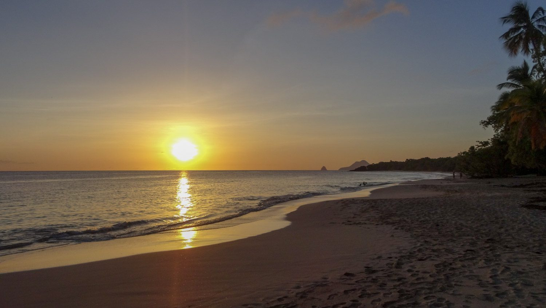 Солнце все ближе к горизонту... Вода в это время удивительного цвета
