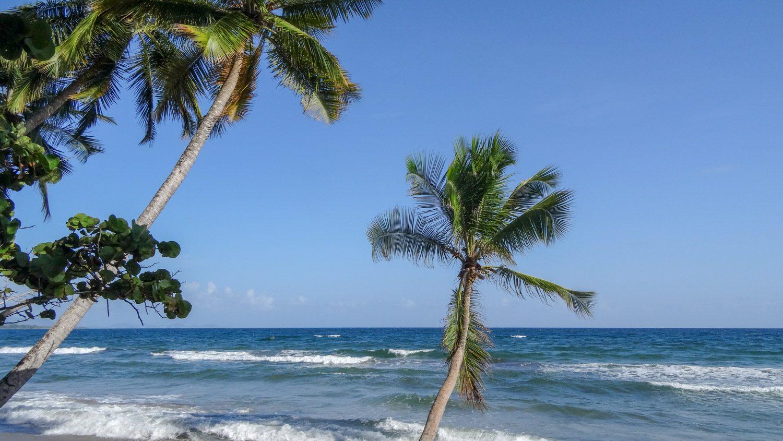 Волны на фото, как обычно, выглядят не слишком сильными. Но на самом деле природа здесь впечатляет