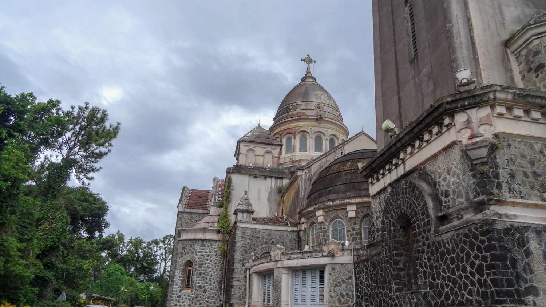 Напоминает парижскую базилику Сакре-Кер