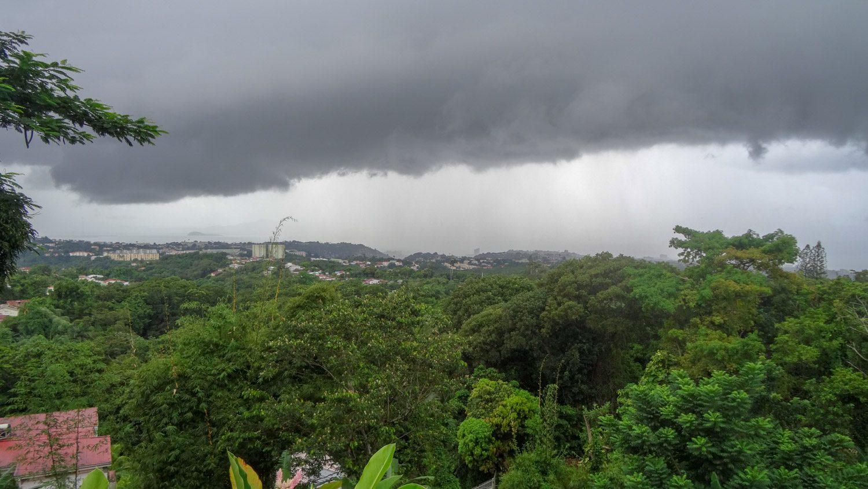 В пасмурную погоду кажется, что облака упадут сейчас на остров