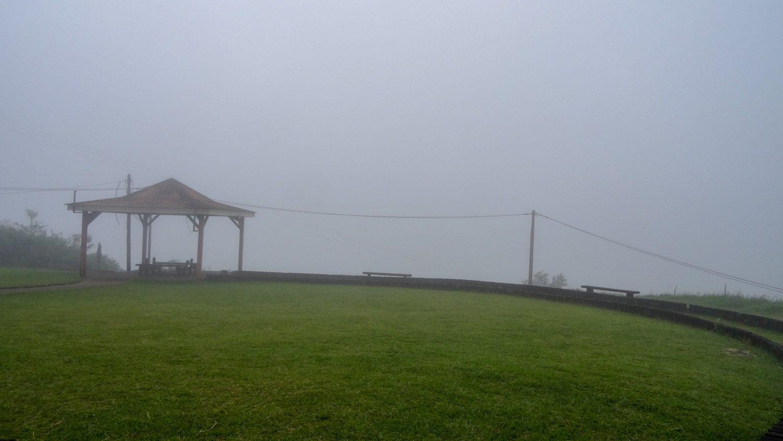 Туман то надвигался, то отступал...