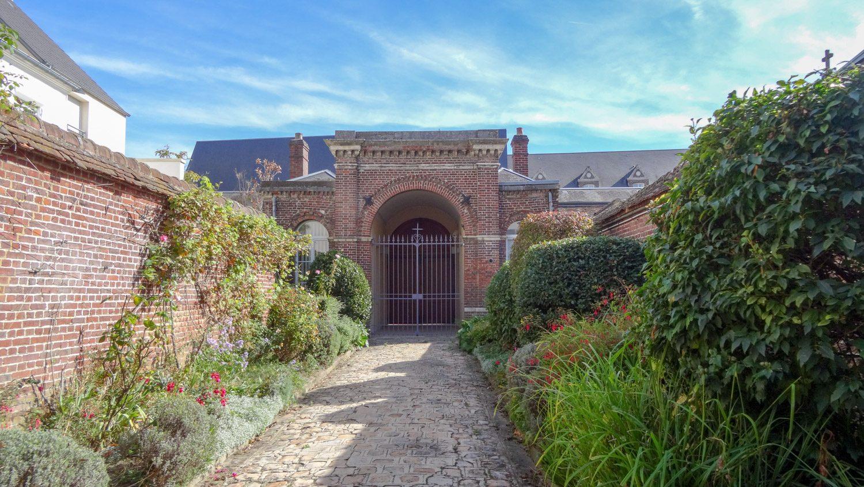 Ворота в зелени