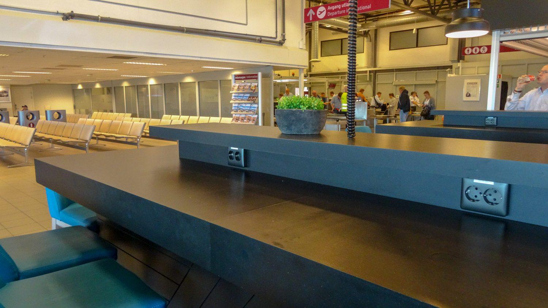 Удобные столы с розетками