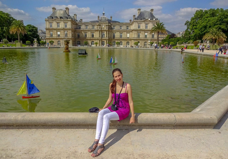 На фоне Люксембургского дворца