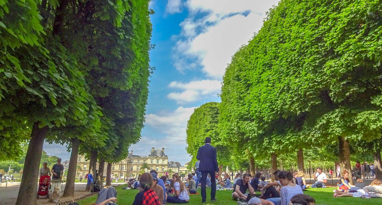 Погода прекрасная, поэтому на газонах для отдыха - толпы
